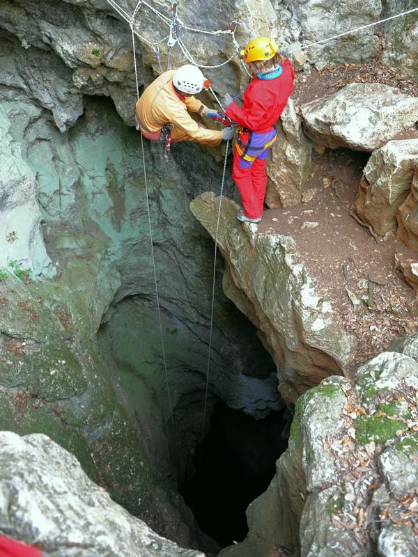 L'Aven de la Salamandre, entrée naturelle de la Grotte