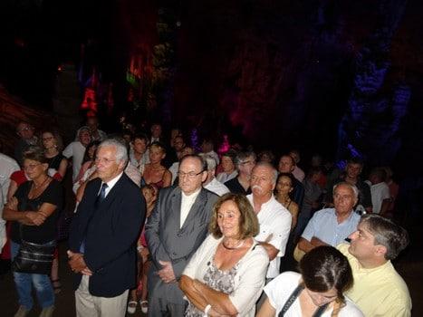 Le public assiste à cette cérémonie insolite