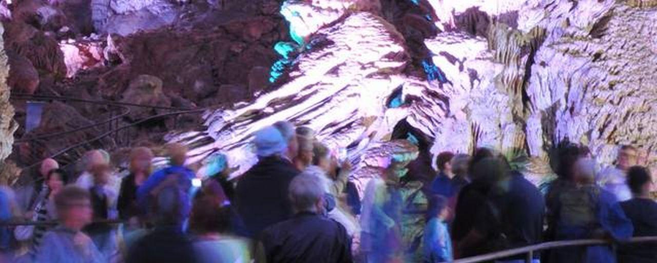 Un groupe dans la Grotte